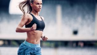 Kobieta biegnie