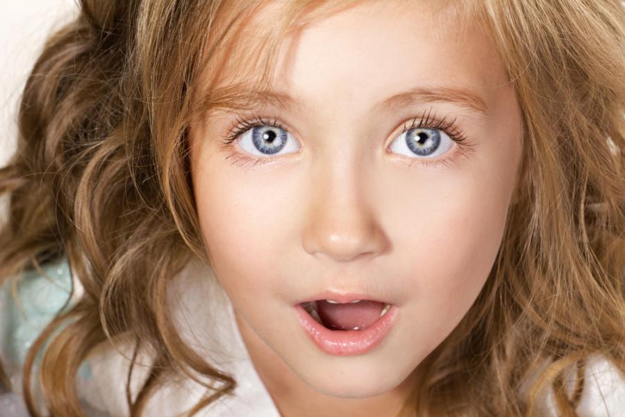 Dziewczynka z otwartymi ustami