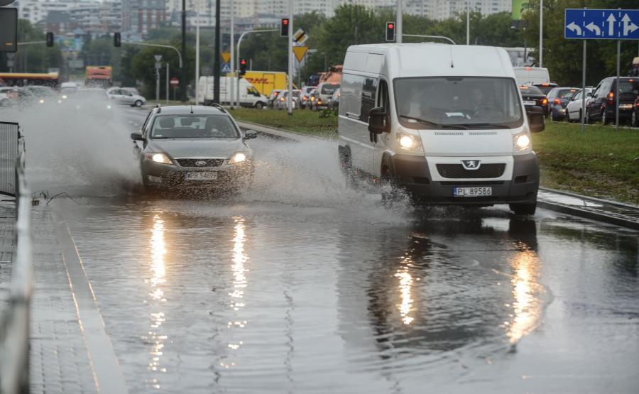 Zalana ulica Wilanowska na wysokości ul. Karczocha w Warszawie po nocnych opadach deszczu