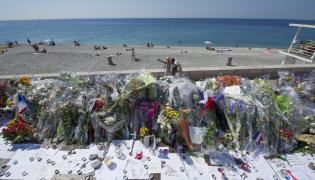 Kwiaty złożone w hołdzie ofiarom zamachu w Nicei