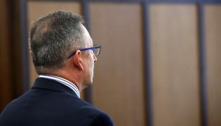 Były minister spraw wewnętrznych Bartłomiej Sienkiewicz w sądzie