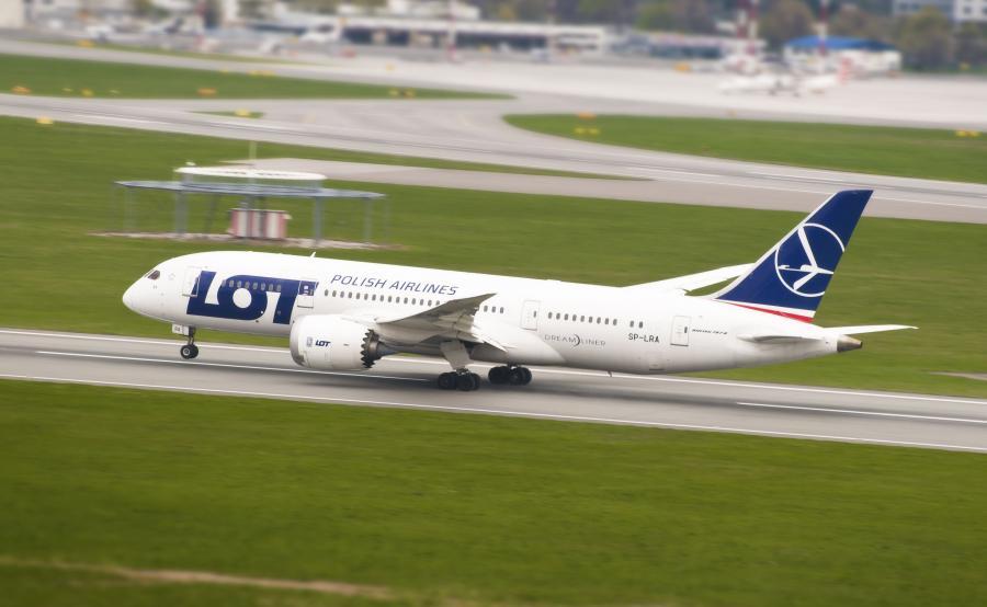 Samolot Boeing 787 Dreamliner startuje z lotniska Chopina w Warszawie