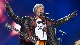 Lider i współzałożyciel zespołu punkrockowego Kryzys - Robert Brylewski w koszulce z Lechem Wałęsą