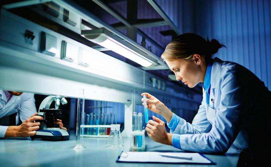Naukowcy w laboratorium przy pracy
