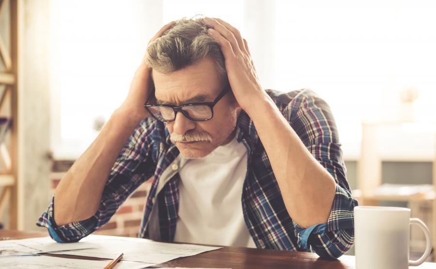 Starszy mężczyzna w pracy w biurze