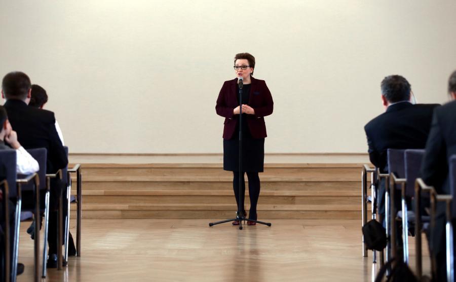 Minister edukacji narodowej Anna Zalewska podczas uroczystości wręczenia dyplomów w KPRM