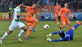 Piłkarz Bruk-Bet Termaliki Nieciecza Kornel Osyra (C) oraz Grzegorz Wojtkowiak (L) i bramkarz Dusan Kuciak (P) z Lechii Gdańsk