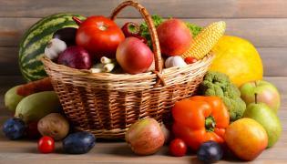 Owoce i warzywa w koszu